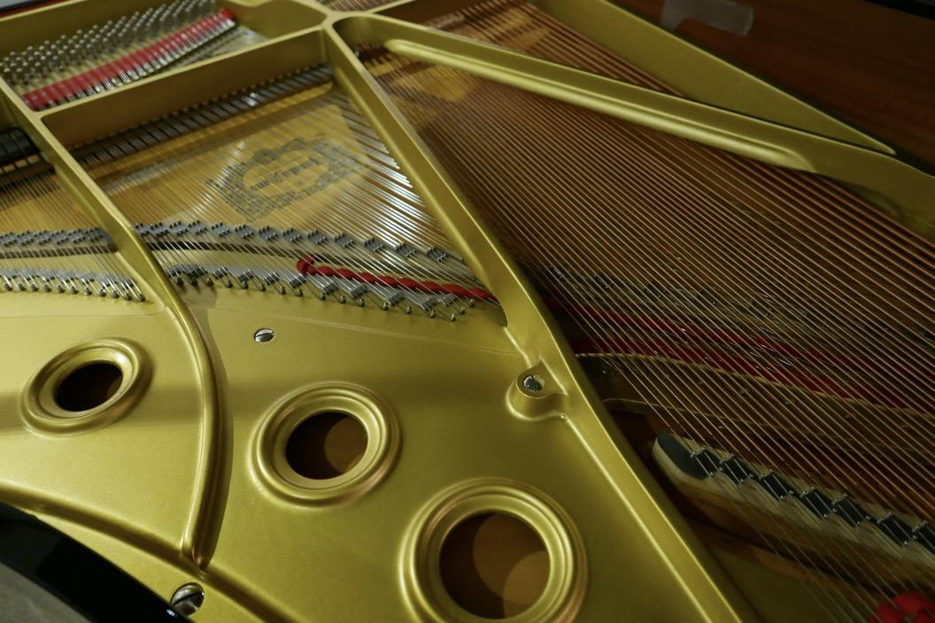 Piano-de-cola-Yamaha-C5-4600641-detalle-logo-yamaha-bastdor-cuerdas-segunda-mano