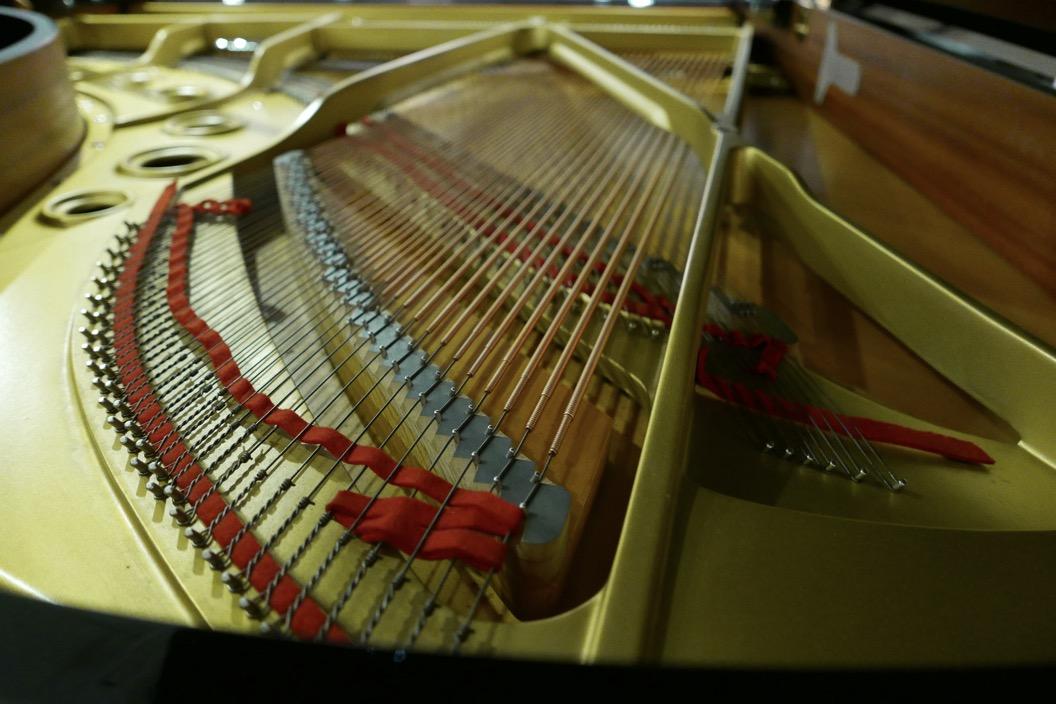 Piano-de-cola-Yamaha-C5-4600641-detalle-bastdor-cuerdas-segunda-mano