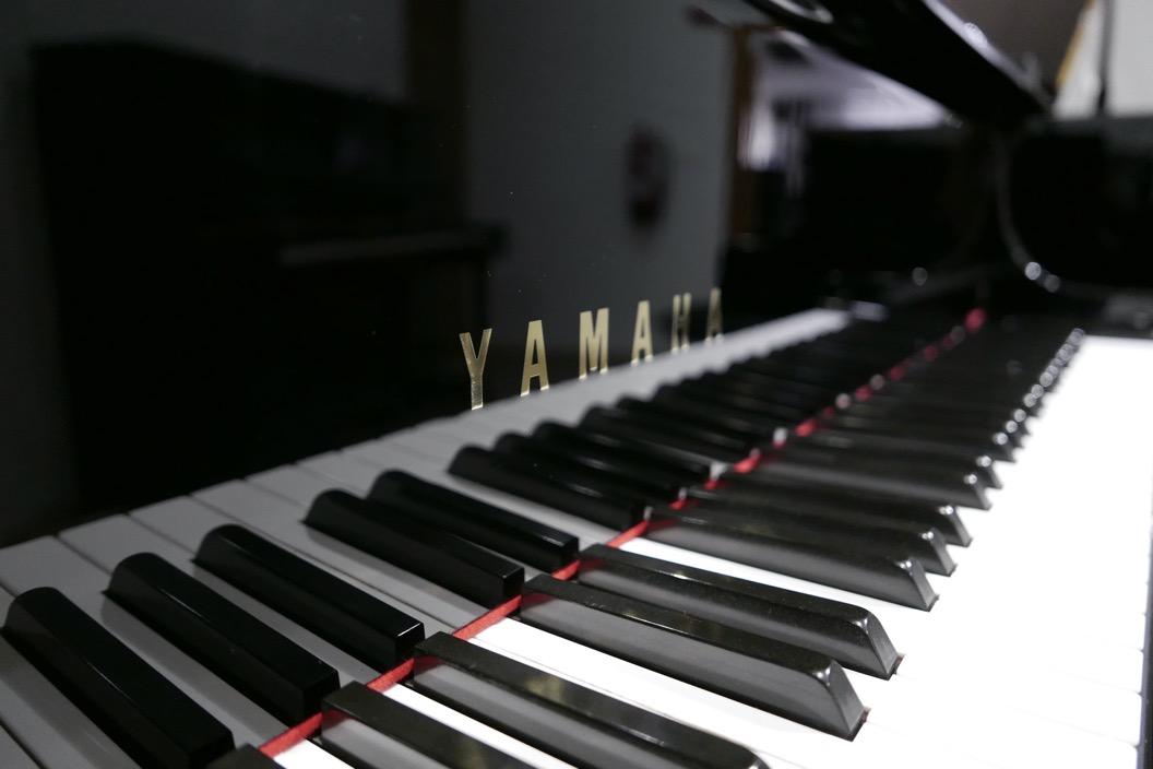 Piano-de-cola-Yamaha-G3-4490162-teclado-marca-teclas-atril-segunda-mano