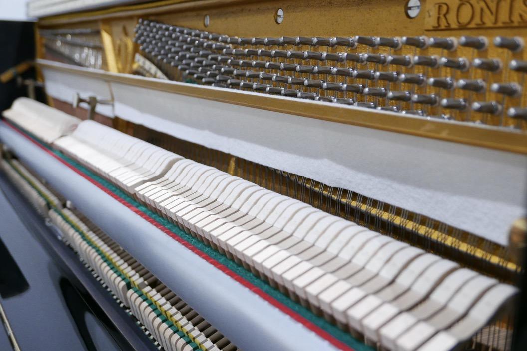 Piano-vertical-Ronisch-116-276273-detalle-mecanismo-barra-macilos-clavijero-segunda-mano