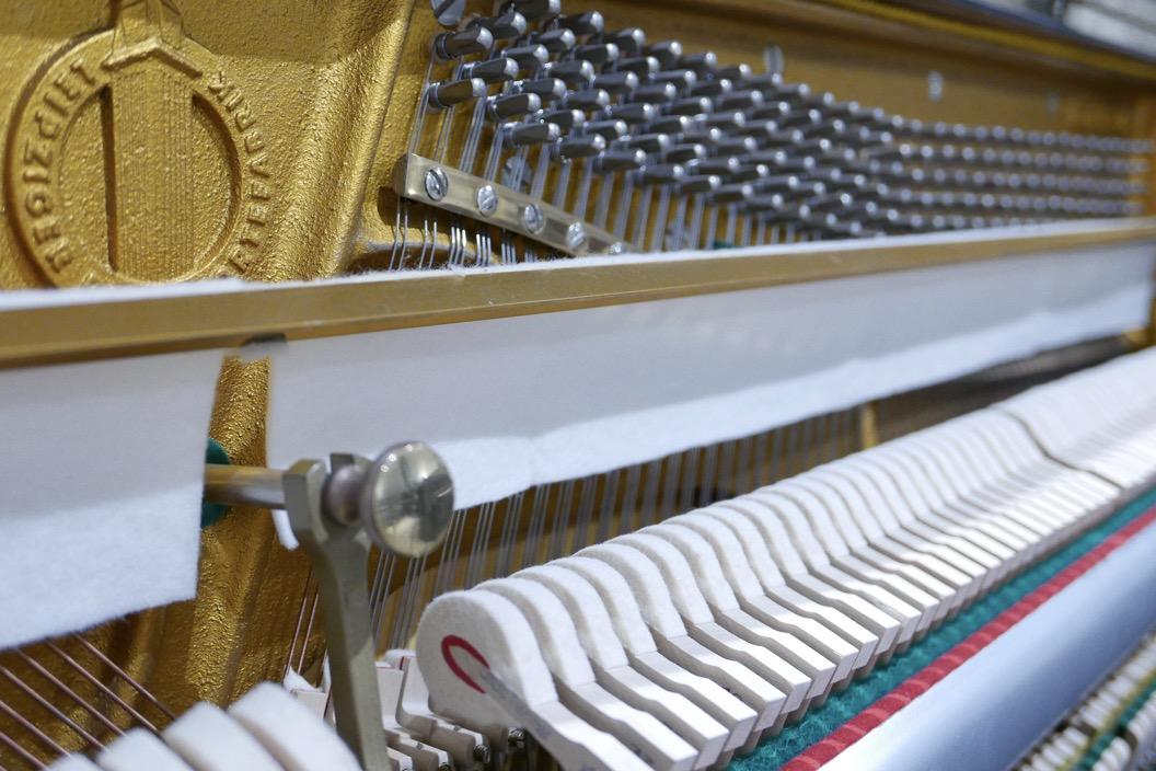 Piano-vertical-Ronisch-116-276273-detalle-mecanismo-barra-fieltro-macilos-clavijero-segunda-mano