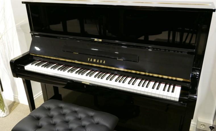 Piano_vertical_yamaha_U1H_2000947_detalle_vista_general_con_banqueta_segunda_mano