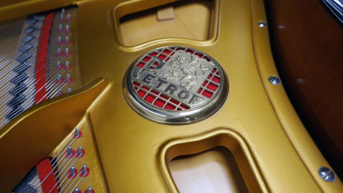 piano de cola Petrof 157 #478883 sello arpa mecanica interior tabla armonica