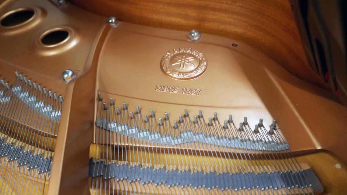 piano de cola Yamaha C5 #5449040 detalle interior firma marca