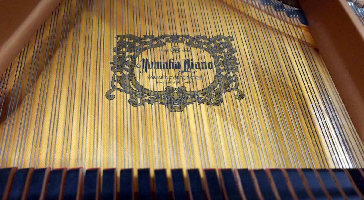 piano de cola Yamaha C5 #5449040 detalle tabla armonica marca firma cuerdas