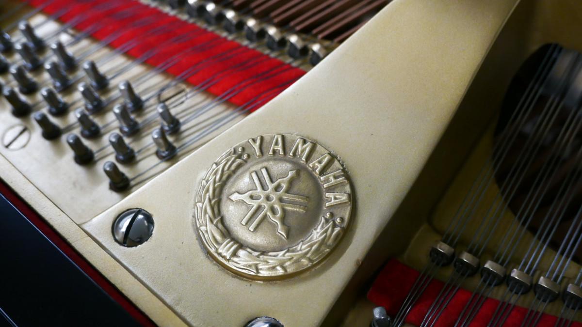 piano de cola Yamaha C7 #3040352 detalle arpa firma sello clavijero