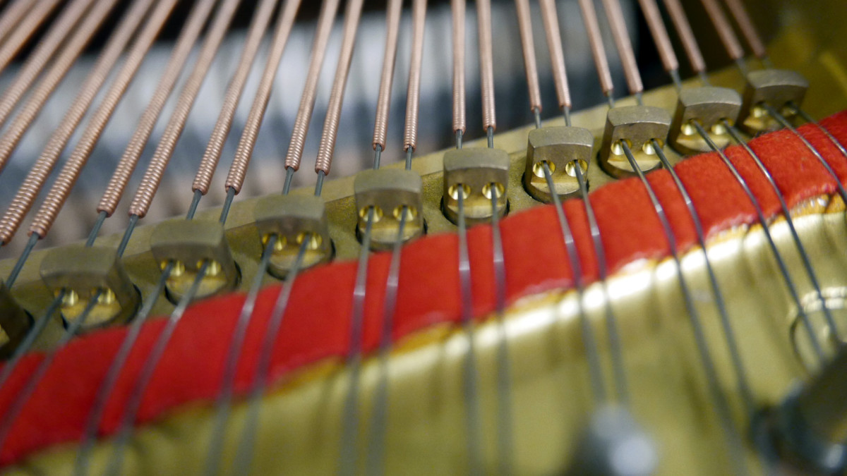 piano de cola Yamaha G2 #5220385 agrafes cuerdas interior