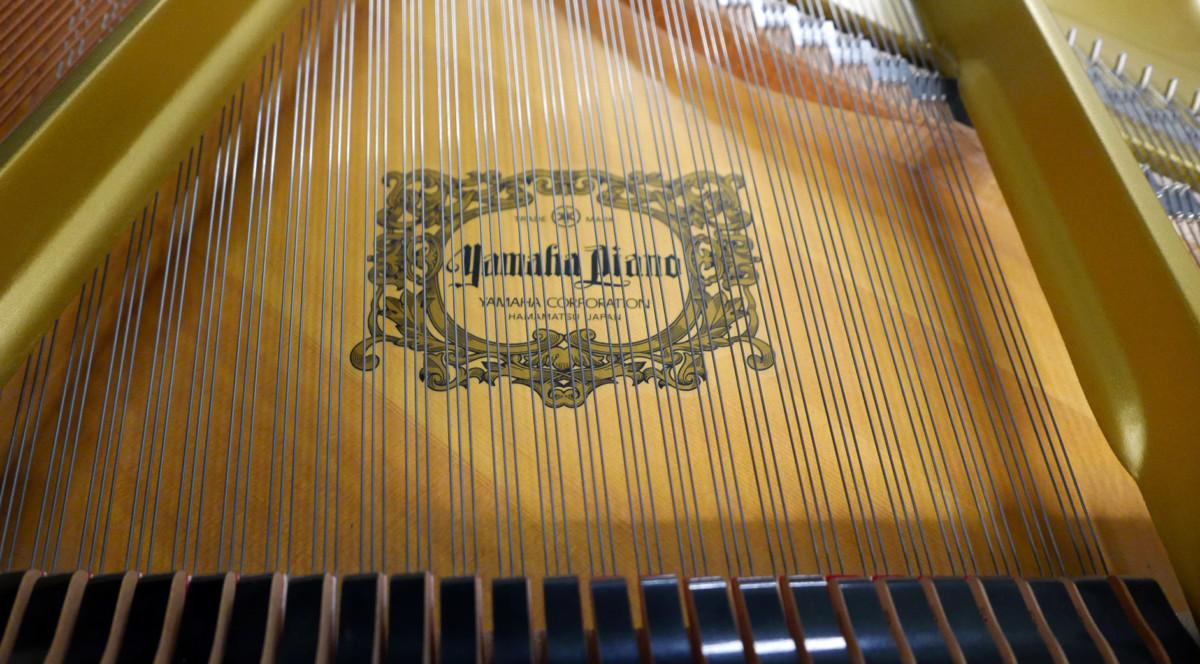 piano de cola Yamaha G2 #5220385 interior marca cuerda apagadores
