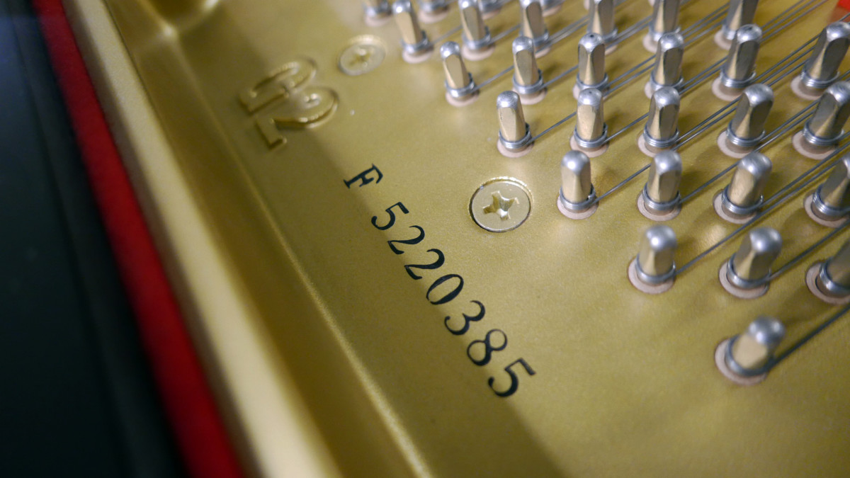 piano de cola Yamaha G2 #5220385 numero de serie modelo arpa interior
