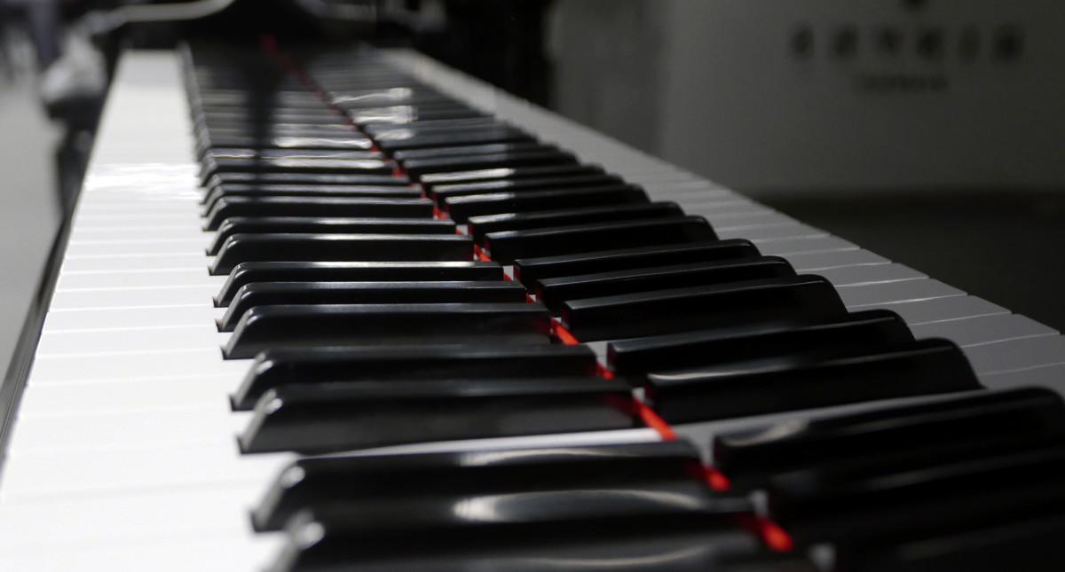 piano de cola Yamaha G2 #5220385 vista lateral teclado teclas
