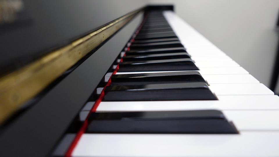 piano-vertical-Kawai-K30-2407210-telcado-teclas-vista-lateral