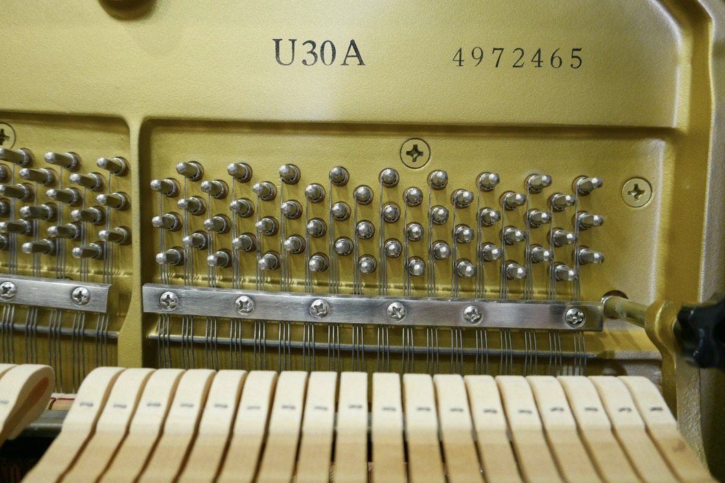 Piano_vertical_Yamaha_U30_silent_4972465_detalle_vista_mecanismo_clavijas_clavijero_martillos_modelo_numero_de_serie_segunda_mano