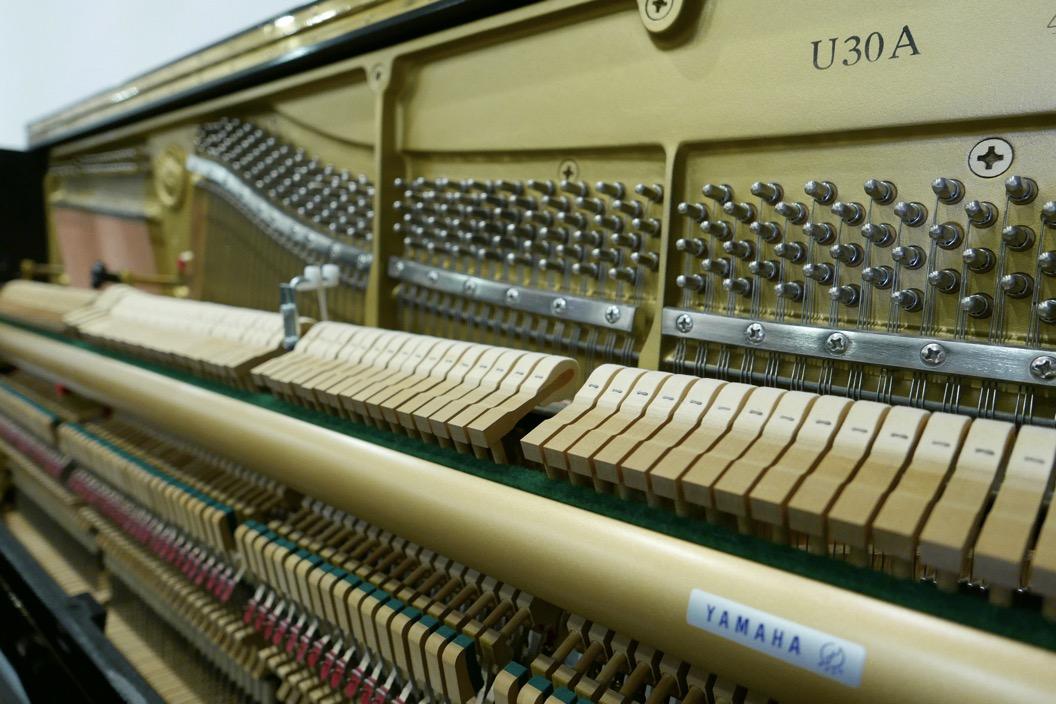 Piano_vertical_Yamaha_U30_silent_4972465_detalle_vista_mecanismo_clavijas_clavijero_martillos_barra_apagadores_bastidor_segunda_mano