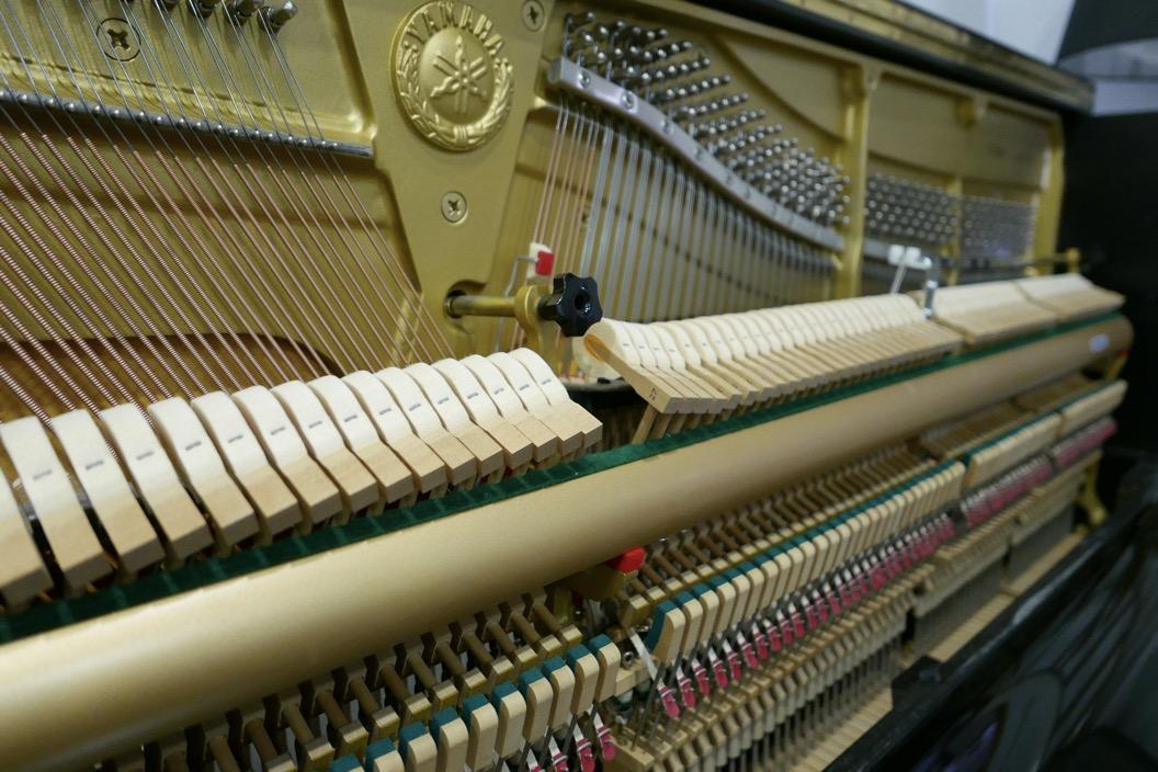 Piano_vertical_Yamaha_U30_silent_4972465_detalle_vista_mecanismo_martillos_barra_apagadores_logo_segunda_mano