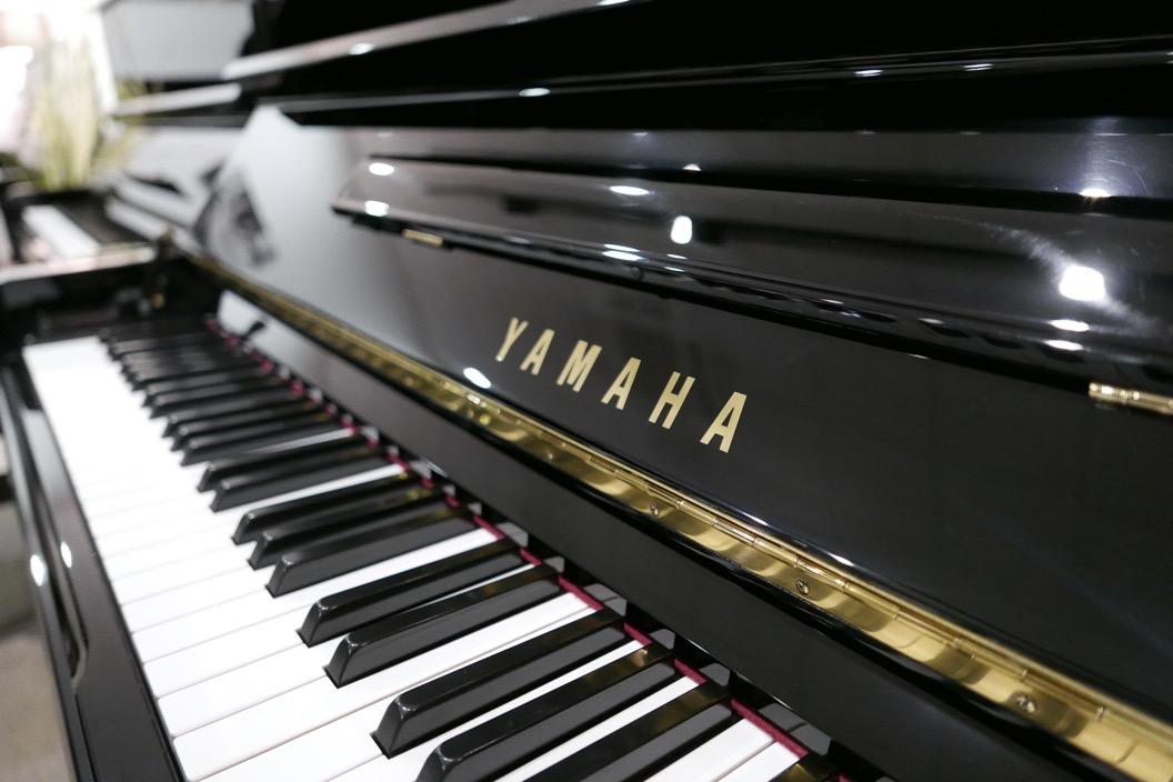 Piano_vertical_Yamaha_U30_silent_4972465_detalle_vista_teclado_marca_atril_teclas_bisagra_segunda_mano