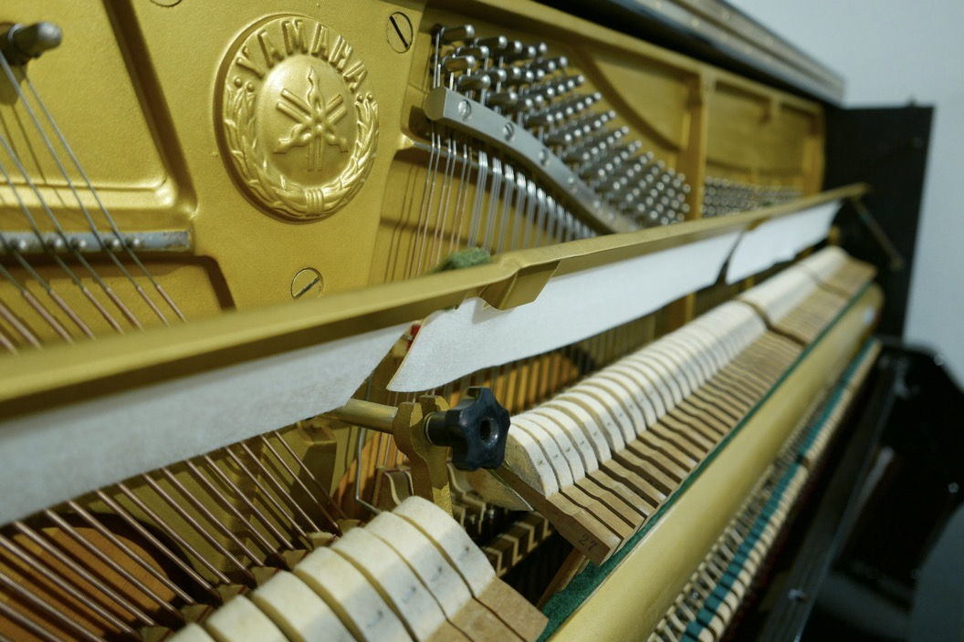 Piano-vertical-Yamaha-UX-3058801_detalle_vista_mecanismo_martillos_barra_fieltro_logo_segunda_mano
