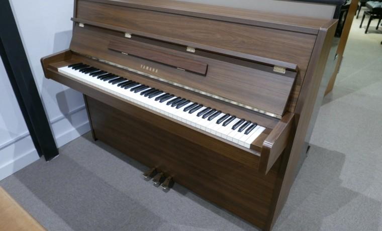 Piano_vertical_yamaha_LU101_4256599_detalle_vista_general_sin_banqueta_segunda_,mano