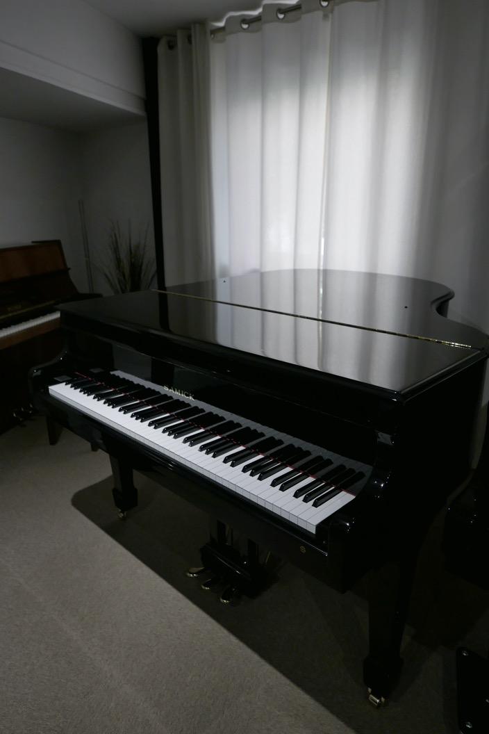 Piano_de_cola_Samick_8711217_detalle_vista_general_tapa_cerrada_sin_banqueta_segunda_mano