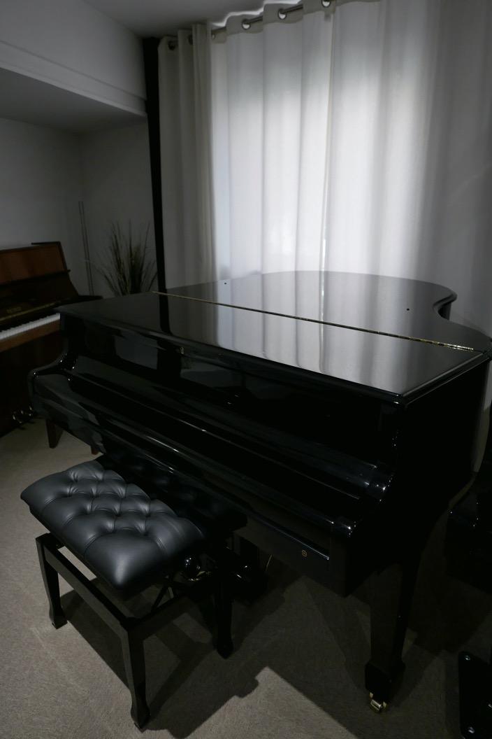 Piano_de_cola_Samick_8711217_detalle_vista_general_tapa_cerrada_con_banqueta_segunda_mano