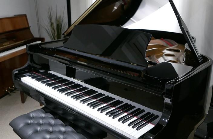 Piano_de_cola_Samick_8711217_detalle_vista_general_con_banqueta_segunda_mano