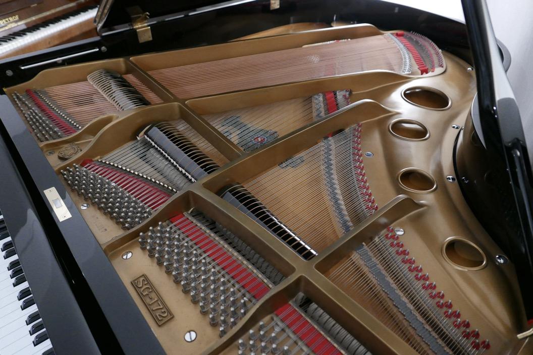 Piano_de_cola_Samick_8711217_detalle_cuerdas_clavijas_clavijero_arpa_bastidor_segunda_mano