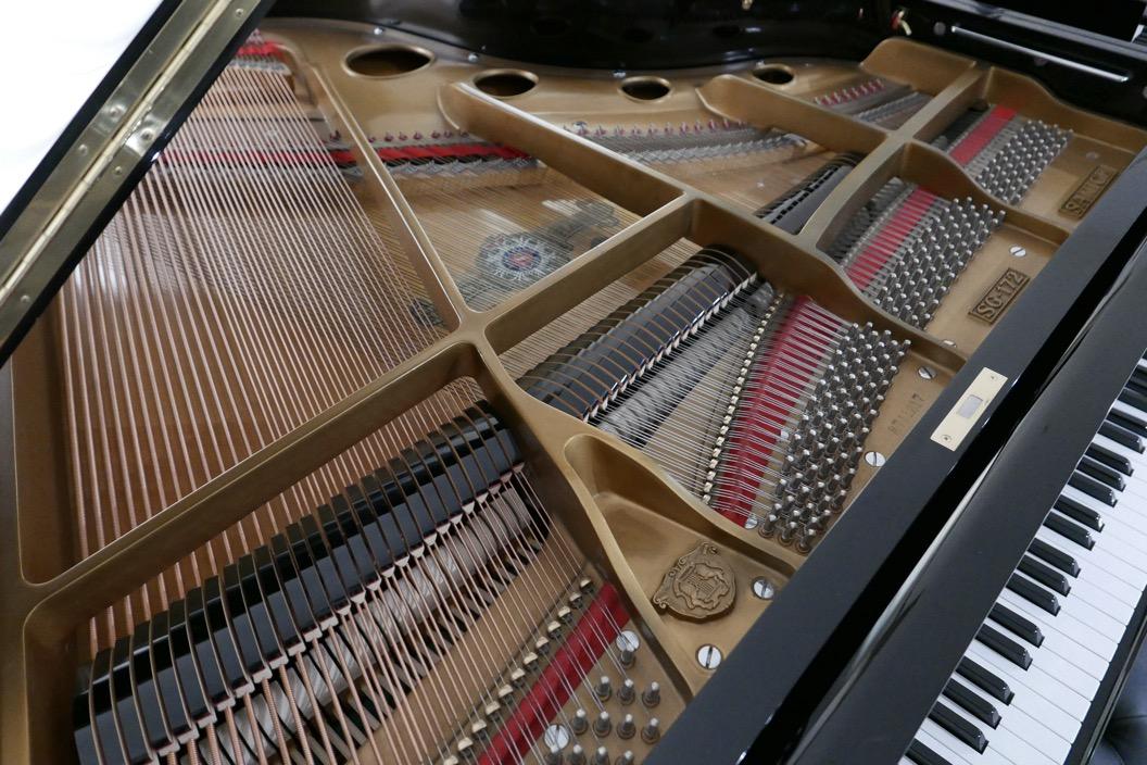 Piano_de_cola_Samick_8711217_detalle_cuerdas_apagadores_arpa_bastidor_segunda_mano