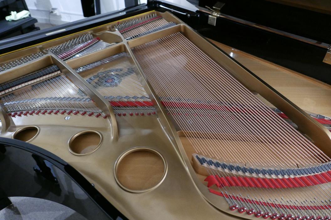 Piano_de_cola_Samick_8711217_detalle_cuerdas_bordones_arpa_bastidor_segunda_mano