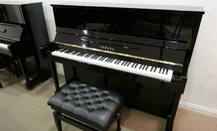 Piano_vertical_Yamaha_T121_5988931_detalle_vista_general_con_banqueta_segunda_mano