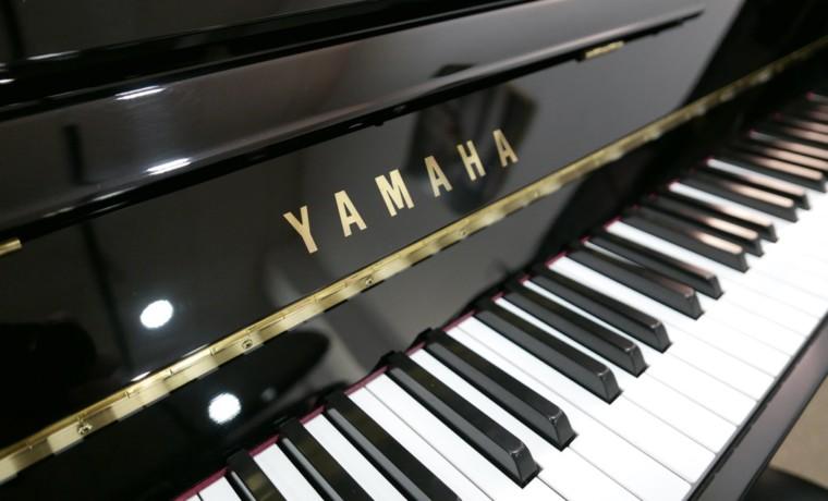 Piano_vertical_Yamaha_T121_5988931_detalle_vista_lateral_teclado_teclas_marca_segunda_mano
