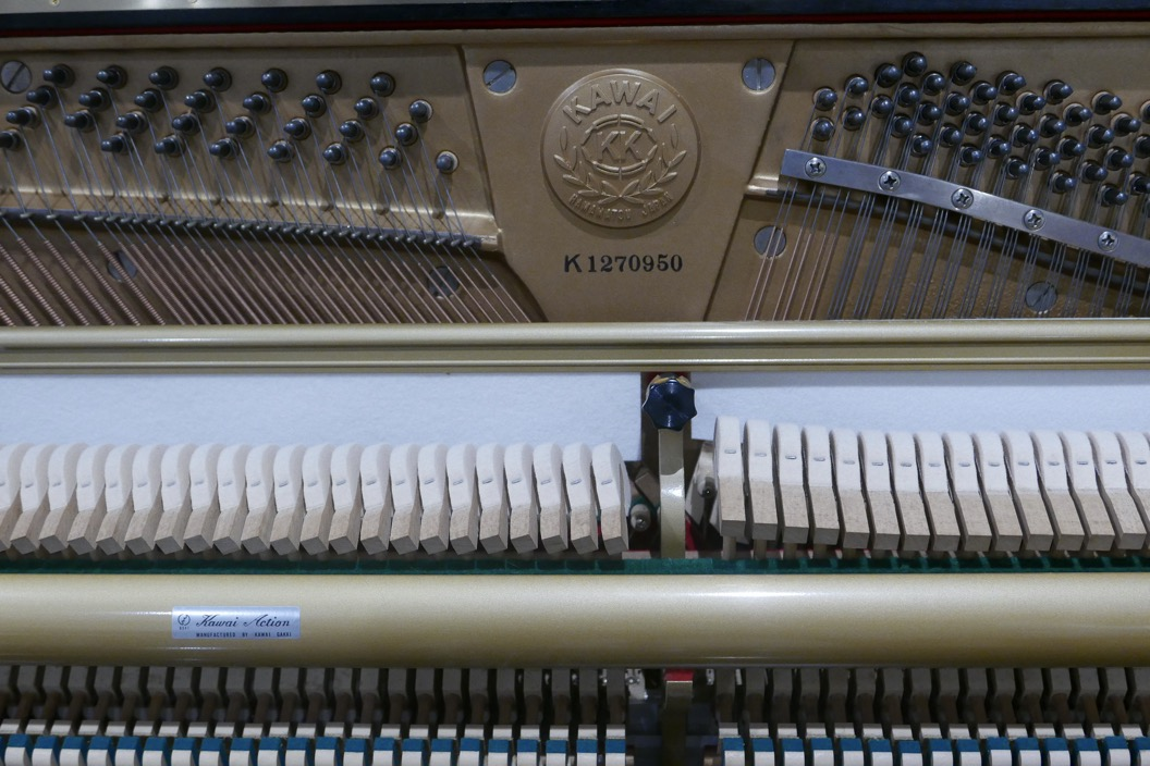 piano_vertical_kawai_KS2F_#1270950_vista_detalle_mecanismo_numero_de serie_logo_macillos_clavijas_barra_fieltro_sordina_segunda_mano