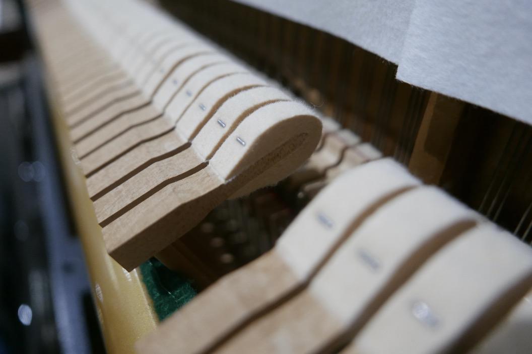 piano_vertical_kawai_KS2F_#1270950_vista_detalle_mecanism_macillos_fieltro_segunda_mano