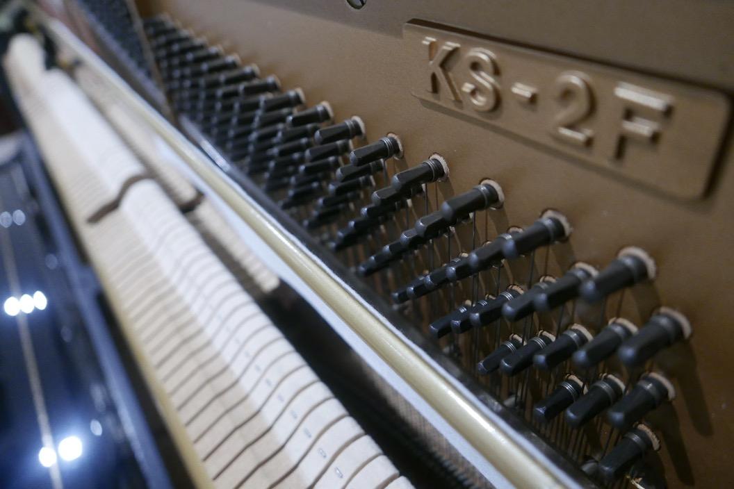 piano_vertical_kawai_KS2F_#1270950_vista_detalle_mecanismo_modelo_macillos_clavijas__fieltro_sordina_segunda_mano