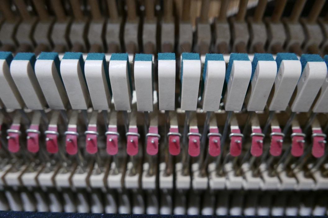 piano_vertical_kawai_KS2F_#1270950_vista_detalle_mecanismo_apagadores_basculas_segunda_mano