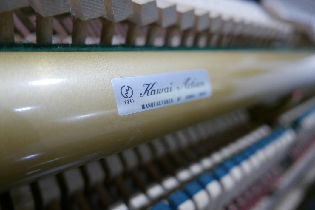 piano_vertical_kawai_KS2F_#1270950_vista_detalle_mecanismo_barra_etiqueta_apagadores_segunda_mano