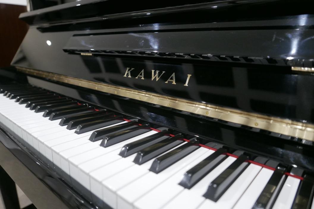 piano_vertical_kawai_KS2F_#1270950_vista_teclado_teclas_bisagra_marca_tapa_atril_segunda_mano