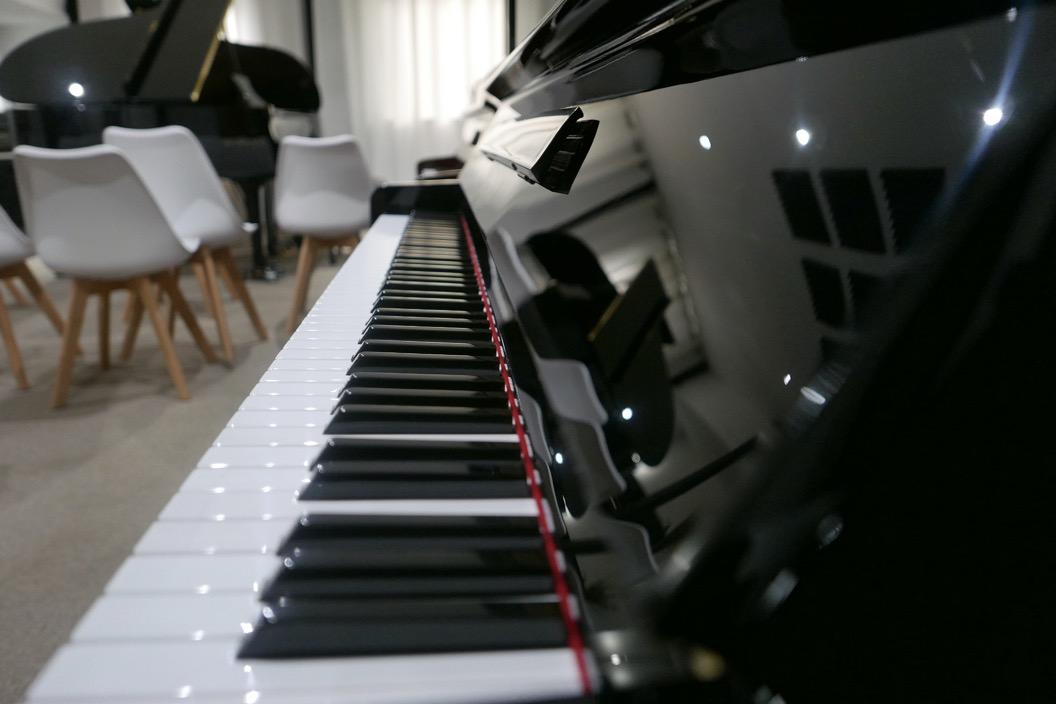 piano_vertical_kawai_KS2F_#1270950_vista_perspectiva_teclado_teclas_bisagra_marca_tapa_atril_segunda_mano
