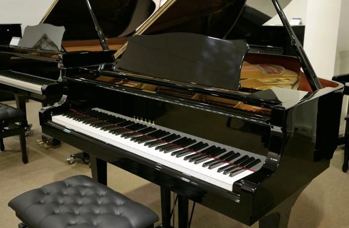 Piano_de_cola_yamaha_4450718_detalle_vista_general_con_banqueta_tapa_abierta_segunda_mano