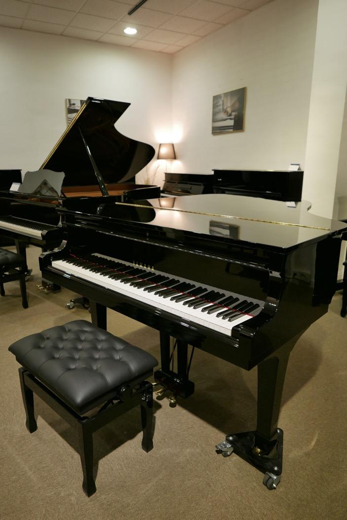 Piano_de_cola_yamaha_4450718_detalle_vista_general_con_banqueta-tapa_cerrada_segunda_mano