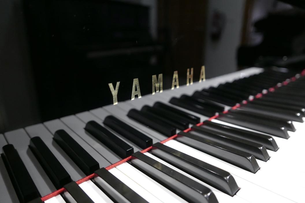 Piano_de_cola_yamaha_4450718_detalle_teclado_teclas_marca_tapa_segunda_mano