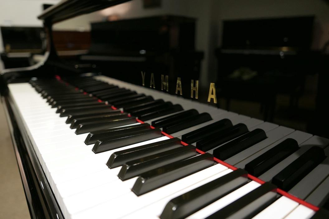 Piano_de_cola_yamaha_4450718_detalle_teclado_teclas_marca_tapa_segunda-mano