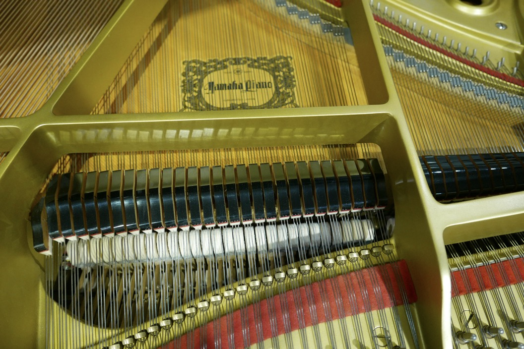 Piano_de_cola_yamaha_4450718_detalle_bastdor_cuerdas_apagadores_grabado_tabla_armonica_segunda_mano