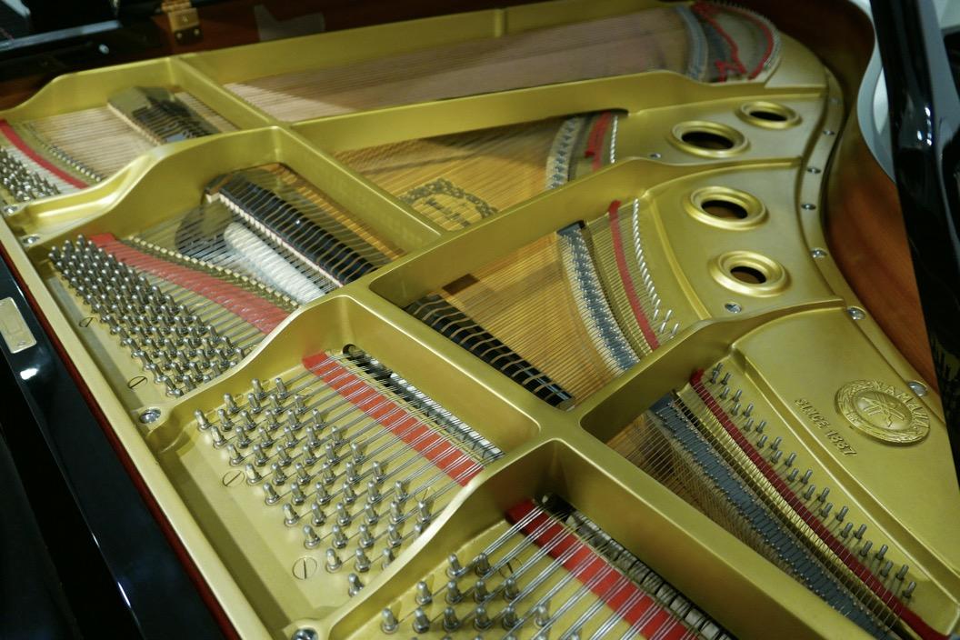Piano_de_cola_yamaha_4450718_detalle_bastdor_clavijas_cuerdas_tabla_armonica_segunda_mano