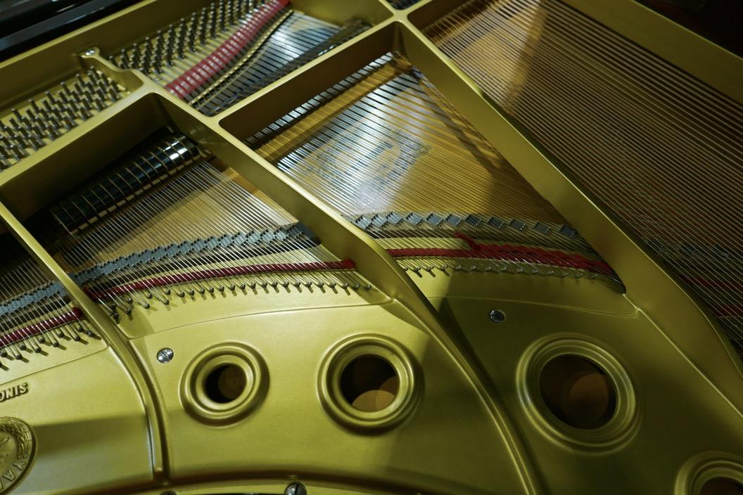 Piano_de_cola_yamaha_4450718_detalle_bastdor_cuerdas_tabla_armonica_segunda_mano