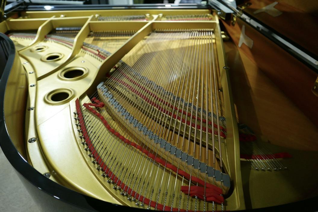 Piano_de_cola_yamaha_4450718_detalle_bastdor_cuerdas_tabla_armonica_fieltros_segunda_mano