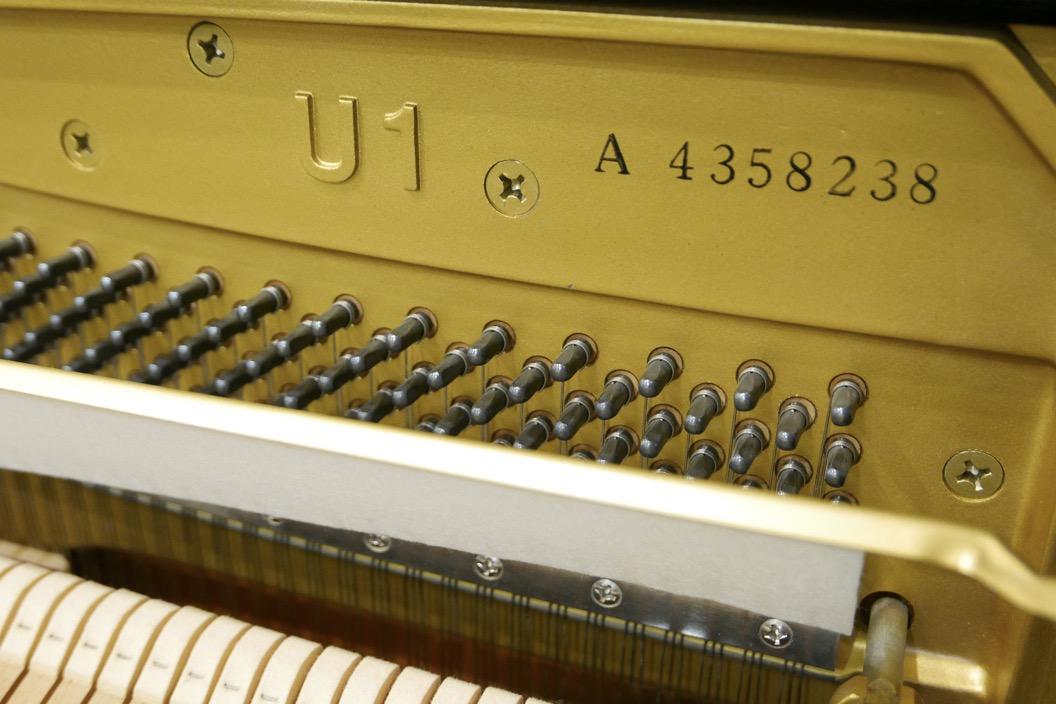 Piano_vertical_Yamaha_U1_4358238_detalle_bastidor_numero_de_serie_modelo_clavijas_sordina_filetro_segunda_mano