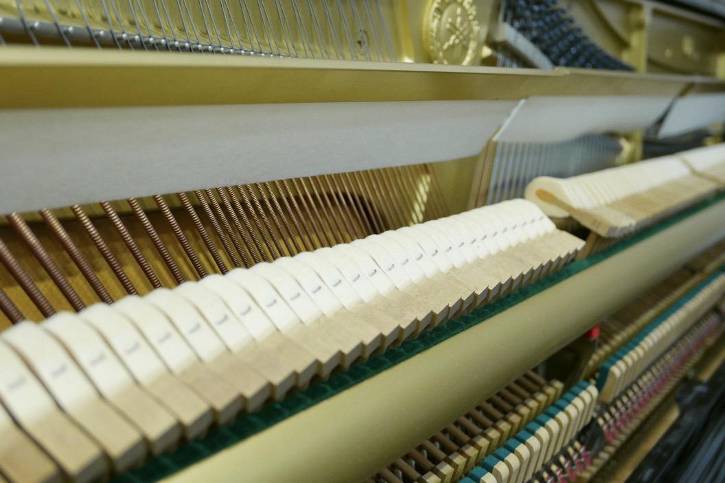 Piano_vertical_Yamaha_U1_4358238_detalle_martillos_sordina_filetro_barra_segunda_mano
