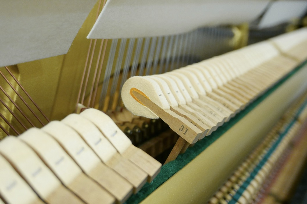 Piano_vertical_Yamaha_U1_4358238_detalle_martillos_macillos_filetro_barra_segunda_mano