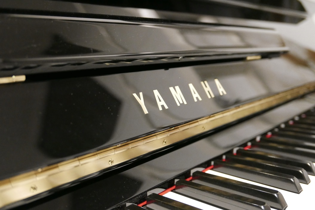 Piano_vertical_Yamaha_U1_4358238_detalle_tapa_atril_marca_bisagra_teclas_segunda_mano