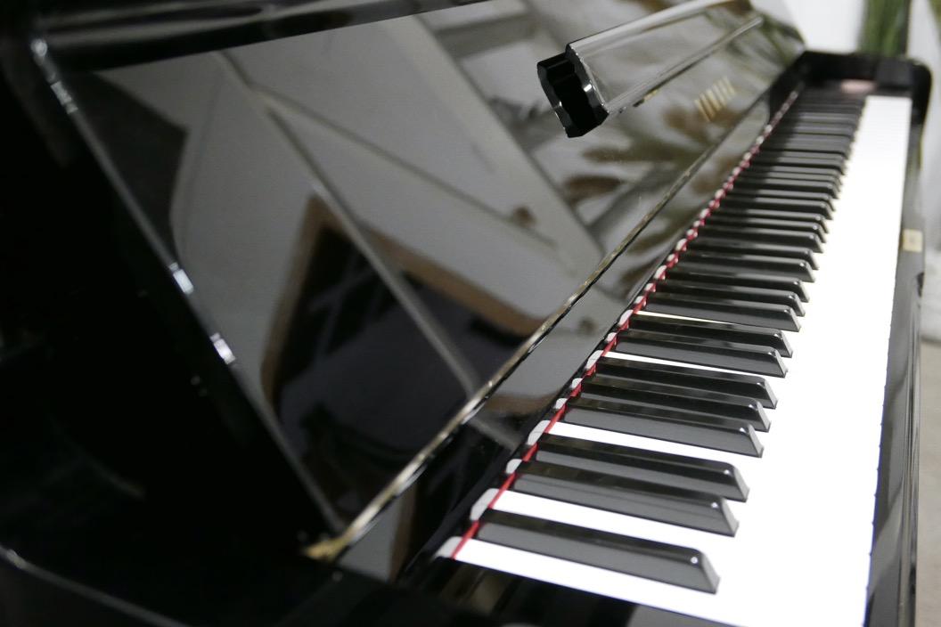 Piano_vertical_Yamaha_U1_4358238_detalle_tapa_atril_bisagra_teclas-segunda_mano