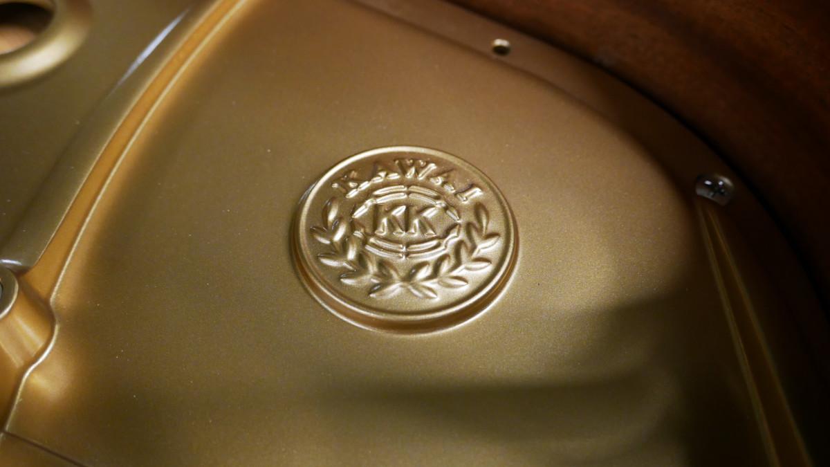 piano de cola Kawai GL50 #2735077 detalle firma arpa interior